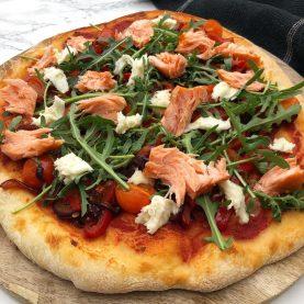 Hjemmelavet pizza med varmrøget laks