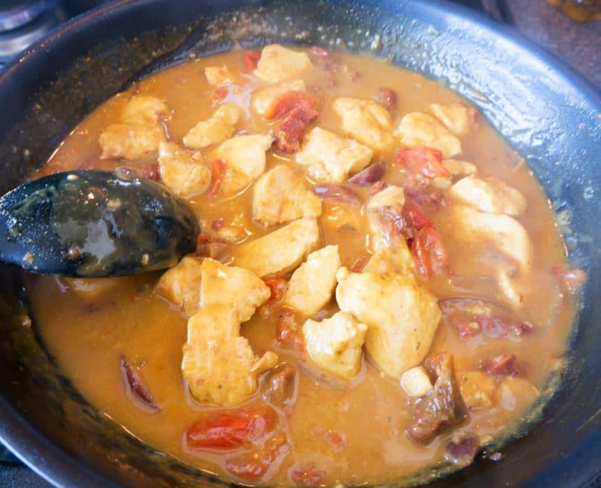 Opskrift på kylling med soltørrede tomater og løg