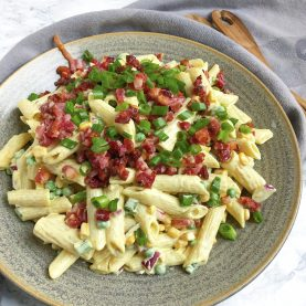 Pastasalat med karry og bacon