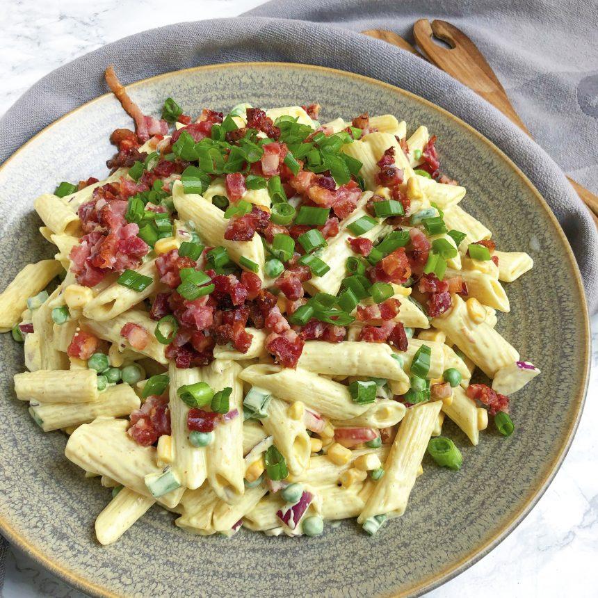 Pastasalat med karry og bacon