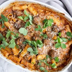 Pasta i fad med kødboller og tomatsauce