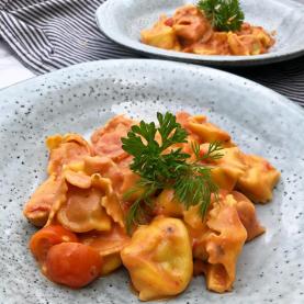Tortellini i tomatflødesauce