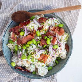 Kartoffelsalat med edamamebønner og sprød serranoskinke