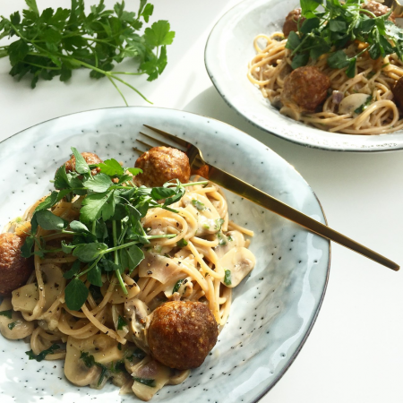 Spaghetti i svampesauce med kødboller