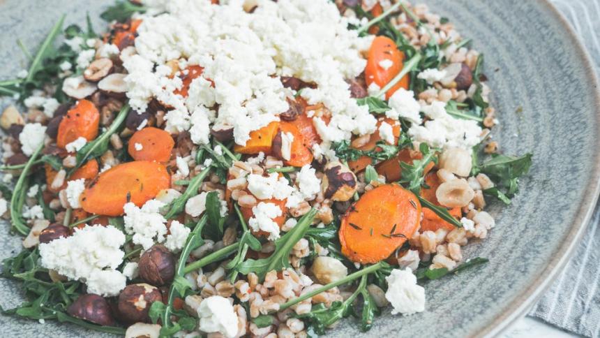 Salat med perlespelt, honningbagte gulerødder og fetaost