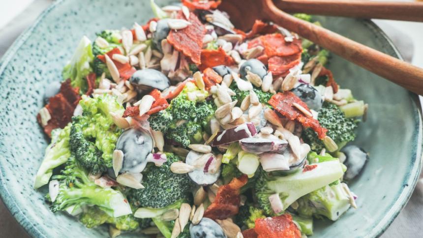 Broccolisalat med bacon og vindruer