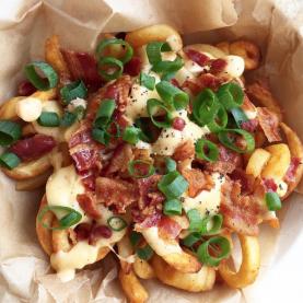 Curly fries med cheddar og bacon – Pommes frites med ostesauce