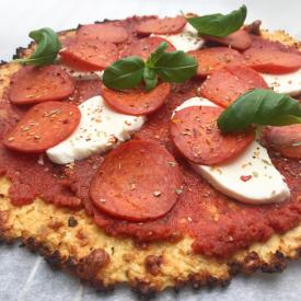 Blomkålspizza – Sund pizza lavet på blomkålsbund