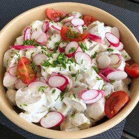 Klassisk kartoffelsalat med radisser og cherrytomater