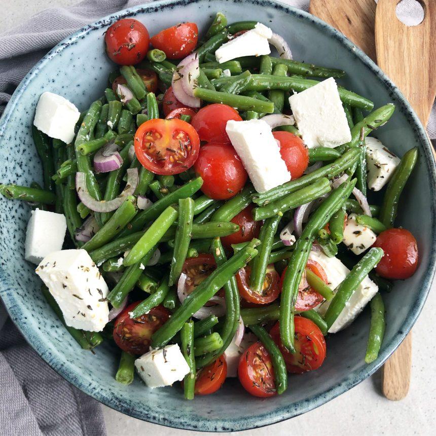 Bønnesalat med feta og tomat