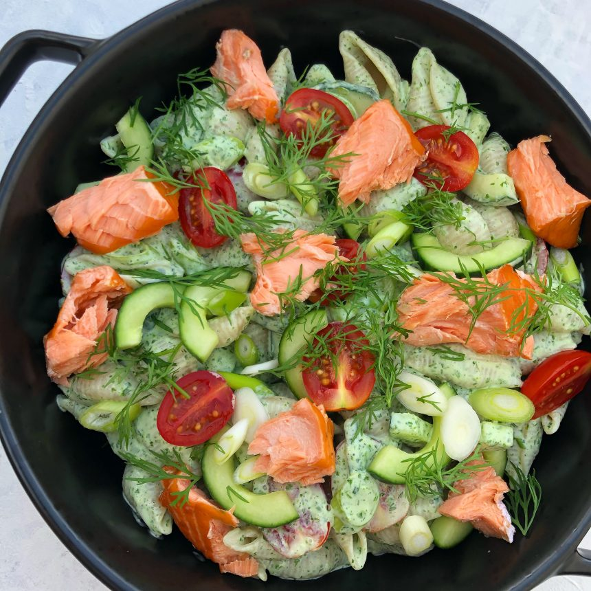 Opskrift på pastasalat i dildcreme med laks