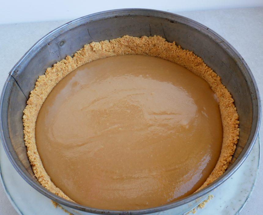 Fordel karamel ovenpå kiksebunden
