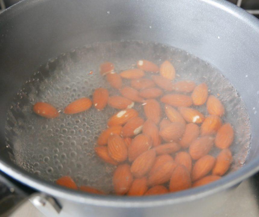 tilsæt mandler til det kogende vand