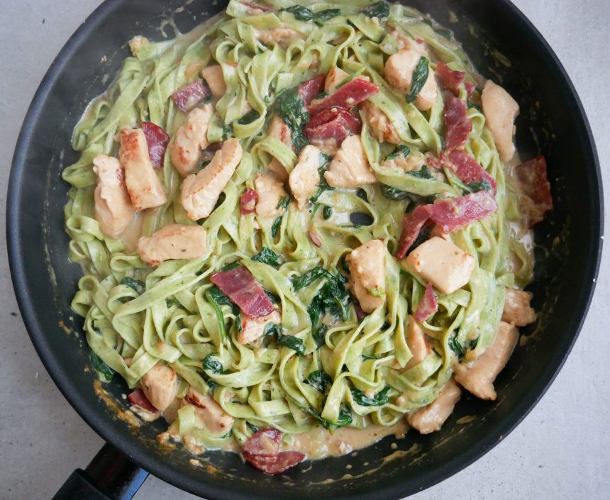 Cremet spinatpasta med kylling og kalkunbacon