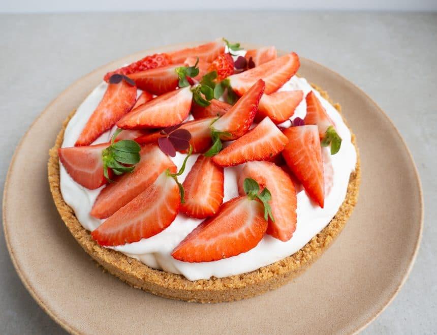 Sprød karameltærte med jordbær