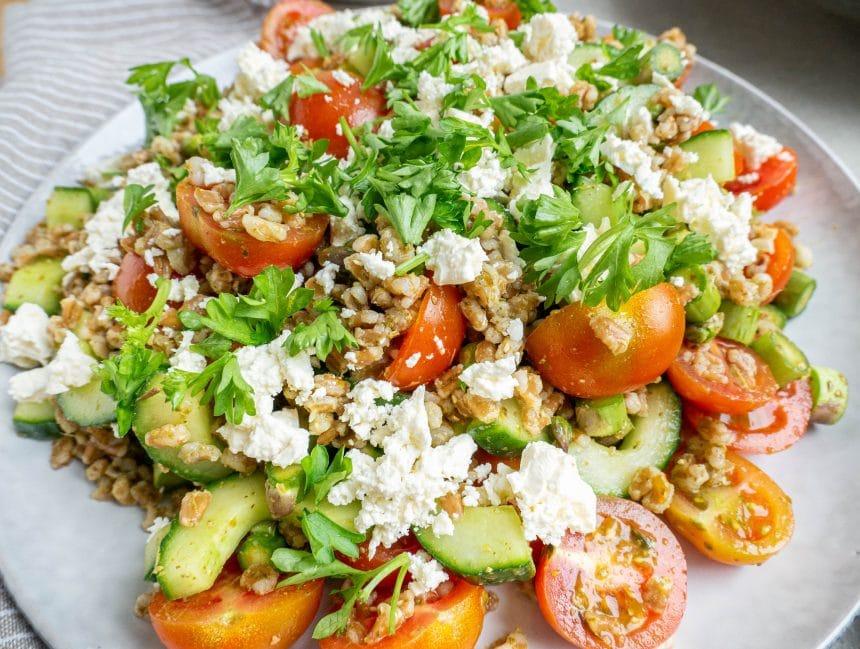 Salat med perlespelt, grøn pesto og feta