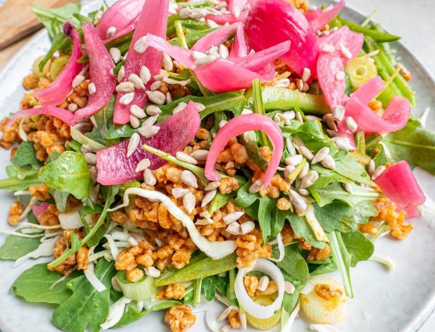 Opskrift på salat med perlespelt, rød pesto og syltede rødløg