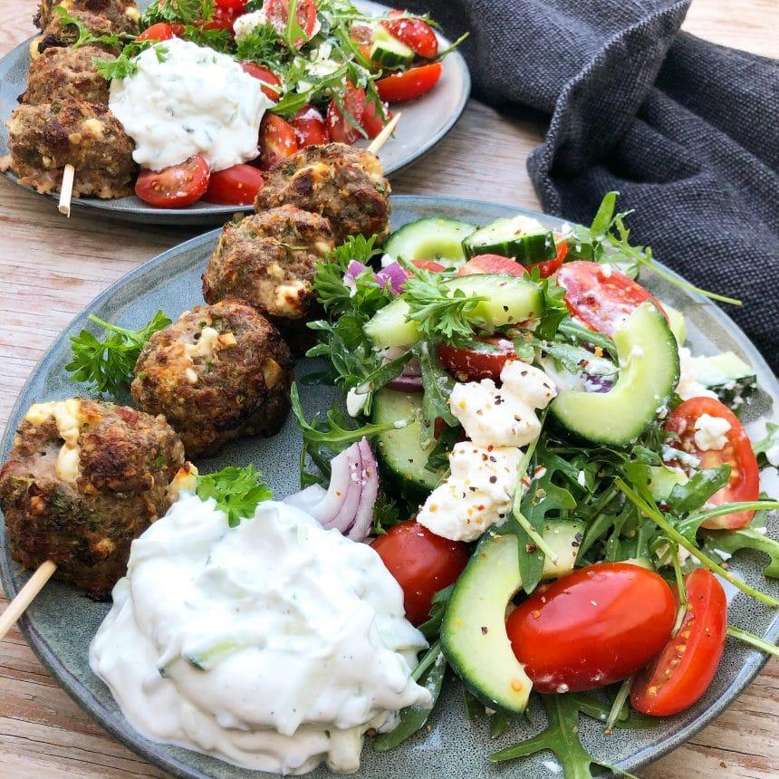 Græske spyd med græsk salat