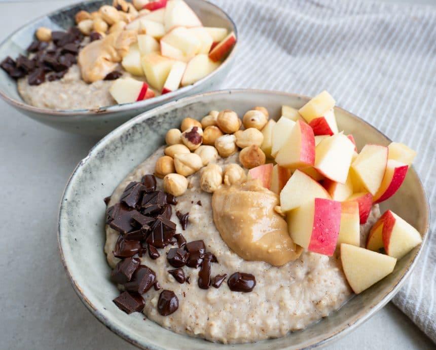 Opskrift på havregrød med æble, peanutbutter og nødder