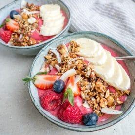 Nem opskrift på en cremet smoothiebowl med hindbær