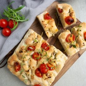 foccacia med tomat og hvidløg