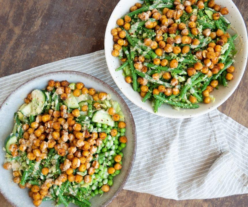 Nem opskrift på salat med ristede kikærter og tahindressing