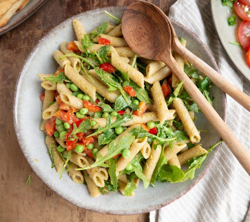 Pastasalat med grøn pesto, ærter og ruccola