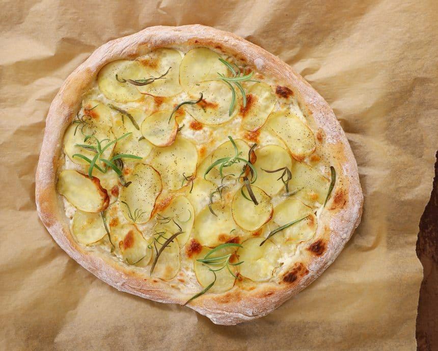 Opskrift på pizza med kartofler, mascarpone og rosmarin