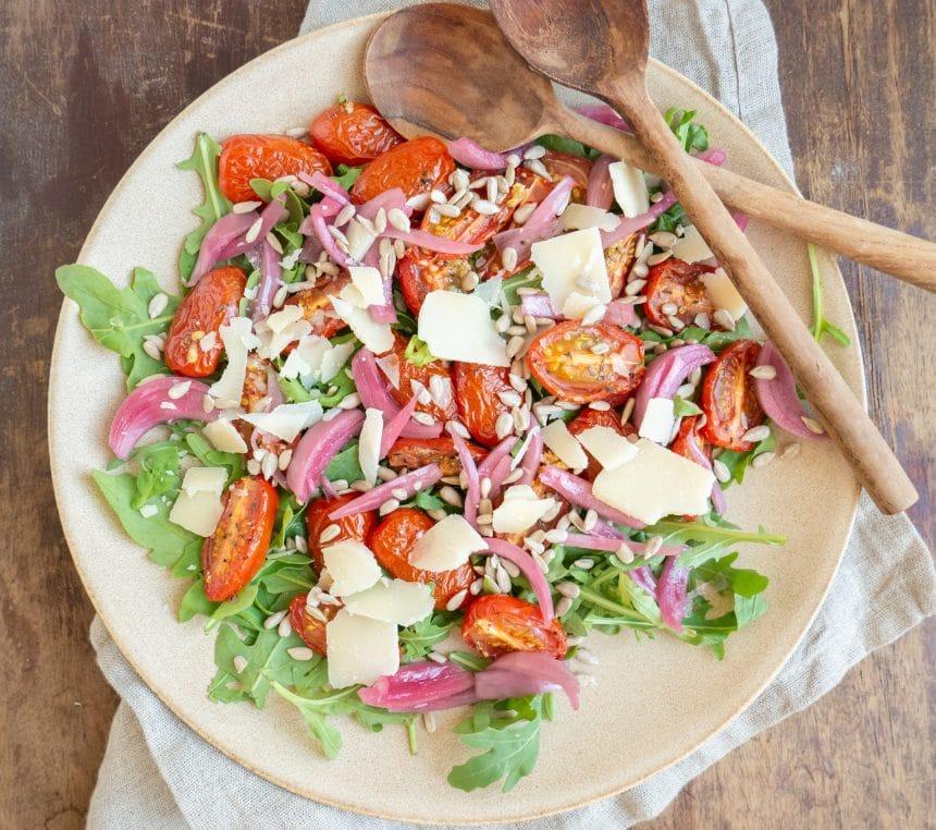 Lækker opskrift på rucolasalat med bagte tomater