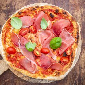 Opskrift på pizza med serranoskinke