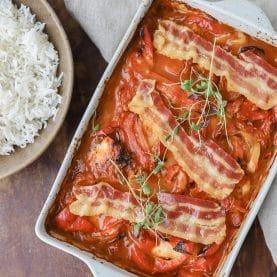 Kylling i fad med peberfrugt og bacon
