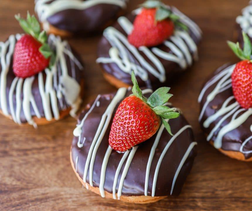 donuts med chokolade og jordbær