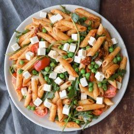 pastasalat med rød pesto og feta